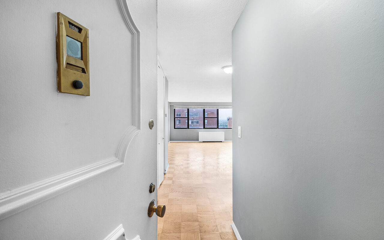 Large One Bedroom with NYC views near PATH Station